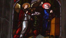 Vitrail autel latéral dédié à Marie